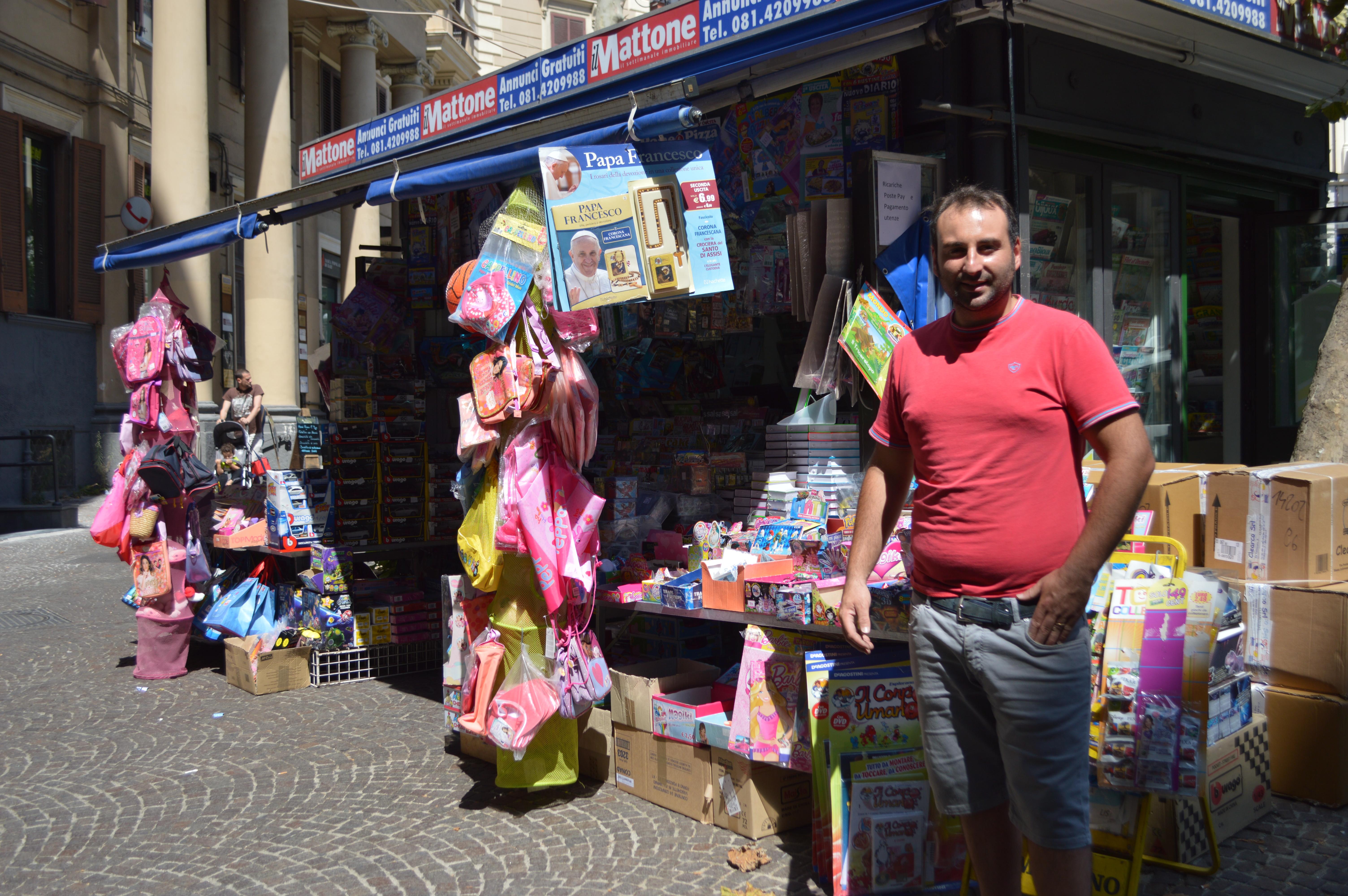 Antonio Parisi, il titolare dell'edicola di piazza Vanvitelli