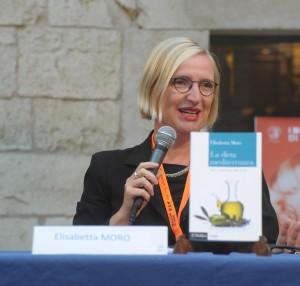 Elisabetta Moro con il suo volume La dieta mediterranea. Mito e storia di uno stile di vita