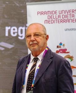 Marino Niola con la Piramide Universale della Dieta Mediterranea