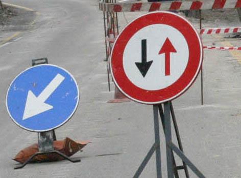 farini un semafero per regolare il traffico durante i lavori sulla frana