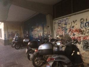 1-il-parcheggio-dei-motorino-abusivo-affianco-la-caserma-dei-carabinieri