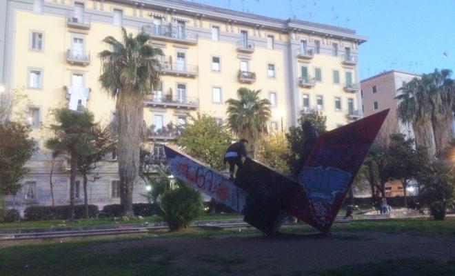 4-una-costruzione-di-piazza-quattro-giornata-continuamente-vandalizzata