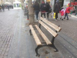Panchina senza una tavola di legno