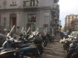 Parcheggio selvaggio dei motorini a via Merliani