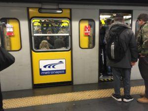 carrozze-piene-affollate-metropolitana-napoli-linea1-internettuale